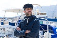 Zeeman in jachthavenhaven met botenachtergrond Stock Foto's