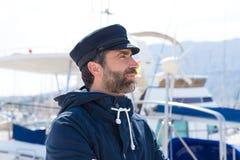 Zeeman in jachthavenhaven met botenachtergrond Stock Afbeeldingen