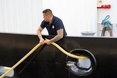 Zeeman op het schip die meertroskabel trekken stock afbeelding