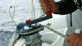Zeemans` s standpunt Zeilboot die op een open zee drijven stock footage