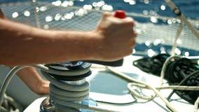 Zeemans` s standpunt Zeilboot die op een open zee drijven stock video