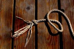 Zeemanskabel en knoop op een houten pijler bij de kust royalty-vrije stock fotografie