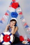 Zeemansvrouw met stuurwiel en marien decor Royalty-vrije Stock Fotografie