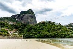 zeemeeuwen die onderaan brug in het punt vliegen waar het overzees de Marapendi-Lagune, in Barra da Tijuca, Rio de Janeiro ontmoe royalty-vrije stock afbeelding