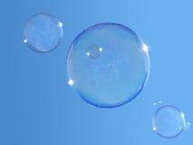 Zeep-bellen op blauwe hemel stock afbeelding