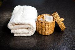 Zeep in een mand en een handdoek Stock Foto's