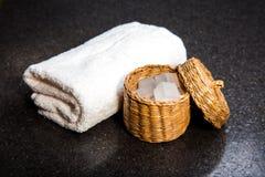 Zeep in een mand en een handdoek Stock Afbeelding