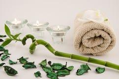 Zeep, handdoek en bloemensneeuwklokjes royalty-vrije stock afbeelding