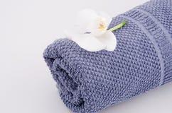 Zeep, handdoek en bloemensneeuwklokjes royalty-vrije stock fotografie