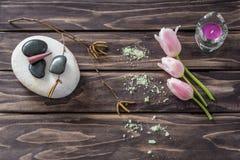 Zeep, handdoek en bloemensneeuwklokjes bloemen, kaarsen, aromatisch zout stock foto