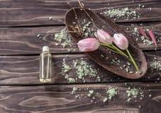 Zeep, handdoek en bloemensneeuwklokjes bloemen, lavendelolie, aromatisch zout stock afbeeldingen