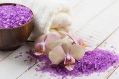 Zeep, handdoek en bloemensneeuwklokjes Bloemen, overzees zout en handdoek op witte houten backgr Royalty-vrije Stock Foto