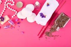 Zeep, handdoek en bloemensneeuwklokjes schoonheid royalty-vrije stock foto