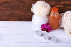 Zeep, handdoek en bloemensneeuwklokjes Voor witte houten orchidee als achtergrond, schrobt de handdoeken, badspons, en schouwt Me stock afbeelding