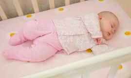 Zeer aardige zoete babyslaap in voederbak Royalty-vrije Stock Foto's