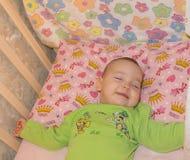 Zeer aardige zoete babyslaap in voederbak royalty-vrije stock foto