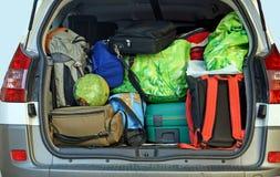 Zeer auto met het boomstamhoogtepunt van bagage stock afbeeldingen