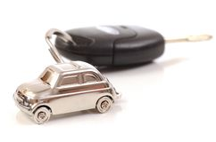 Zeer belangrijke auto met weinig sleutelring in de vorm van de auto Stock Foto