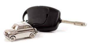 Zeer belangrijke auto met weinig sleutelring in de vorm van de auto Stock Fotografie