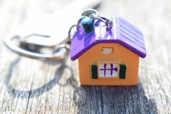 Zeer belangrijke ketting met kleurrijk huis stock foto