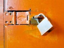 Zeer belangrijke slot oranje deur stock foto