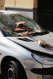 Zeer beschadigde geparkeerd verpletterde auto, Royalty-vrije Stock Afbeelding