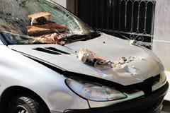 Zeer beschadigde geparkeerd verpletterde auto, Royalty-vrije Stock Fotografie