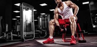 Zeer bodybuilder van de machts de atletische kerel Stock Foto's