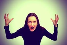 Zeer boze vrouw die in verschrikking, grimasportret gillen Negatieve menselijke emotie stock afbeeldingen