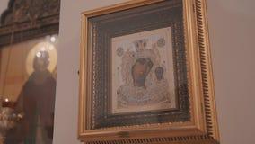 Zeer close-up van het pictogram op de muur in Christian Church De camera is in motie De achtergrond van Nice stock videobeelden