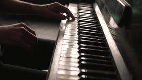 Zeer dicht bekijkt de handen van een pianist stock footage