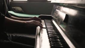 Zeer dicht bekijkt de handen van een pianist stock video