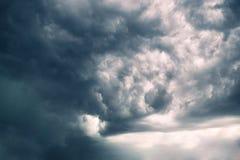 Zeer donkere onweerswolken met gele hemel die door gluren Royalty-vrije Stock Fotografie