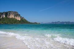 Zeer duidelijke blauwe overzees, wit zand op de eilanden Royalty-vrije Stock Afbeeldingen