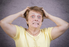 Zeer emotionele vrouw op een grijze achtergrond Stock Afbeelding