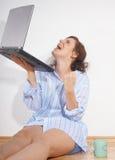 Zeer gelukkig met mijn laptop stock foto's