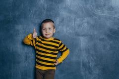 Zeer gelukkig weinig jongen die zijn vingerslach maken royalty-vrije stock fotografie