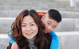 Zeer gelukkige moeder en zoon Stock Afbeeldingen