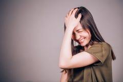 Zeer grappig Het mooie donkerbruine vrouw aanhoudend lachen stock fotografie