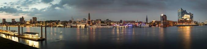 Zeer groot panorama van Hamburg in de avond stock foto