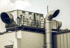 Zeer grote airconditioning op het dak van een zaal stock foto