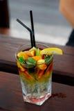Zeer grote cocktail met citroen royalty-vrije stock foto