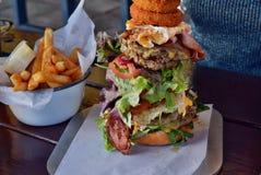 Zeer grote ongezonde Australische hamburger Royalty-vrije Stock Afbeeldingen