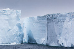 Zeer hoge muren van ijsbergen Royalty-vrije Stock Afbeeldingen