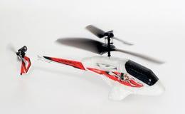 Zeer kleine stuk speelgoed R/C helikopter in actie stock afbeeldingen