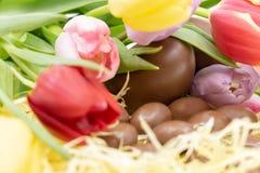 Zeer kleurrijk grafisch middel met tulpen en chocoladeeieren voor Pasen en de aankomst van de lente royalty-vrije stock foto's