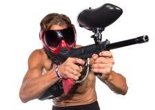 Zeer koele extreme geïsoleerde paintballsportman met verfkanon Stock Fotografie