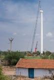 Zeer lange pool voor moderne windmolen in aanbouw Stock Afbeeldingen