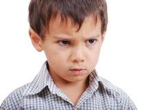 Zeer leuk weinig jongen met boze uitdrukking op gezicht Stock Foto