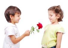 Zeer leuke scène van twee kleine kinderen Stock Afbeeldingen